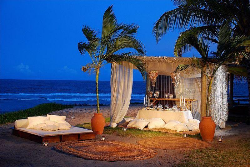 Anoitecer gazebo frente mar com estrutura para jantar