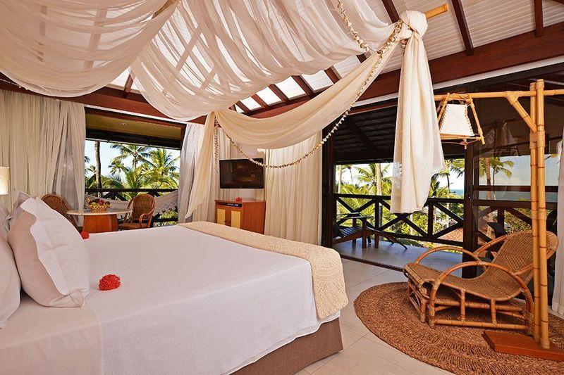 Apartamento luxo com detalhes da cama casal com varanda