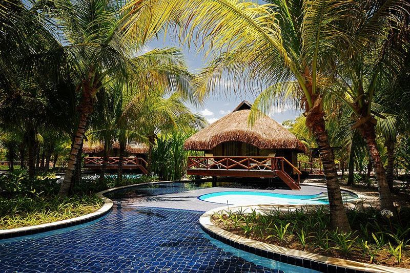 Bangalô com detalhes na piscina privativa