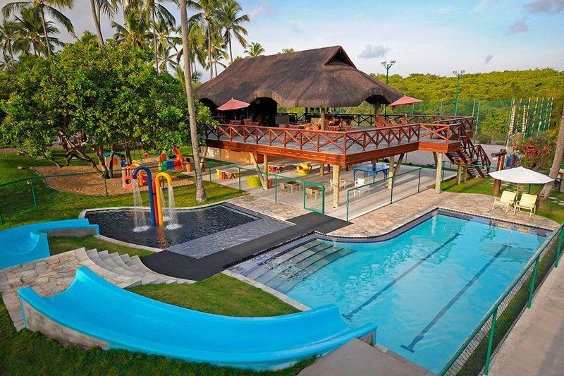 Park para crianças de divertirem e piscina para refrescar