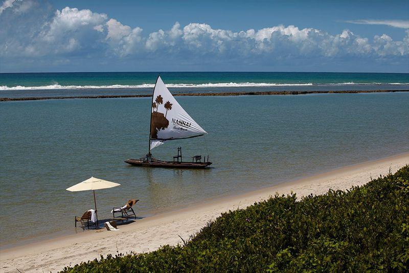 Veleiro na praia em frente ao resort nannai