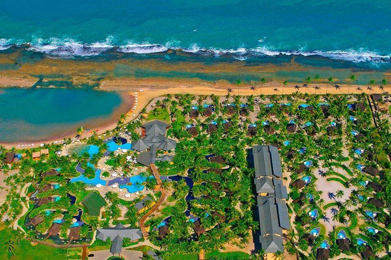 Vista aérea pegando toda a estrutura do resort em frente ao mar