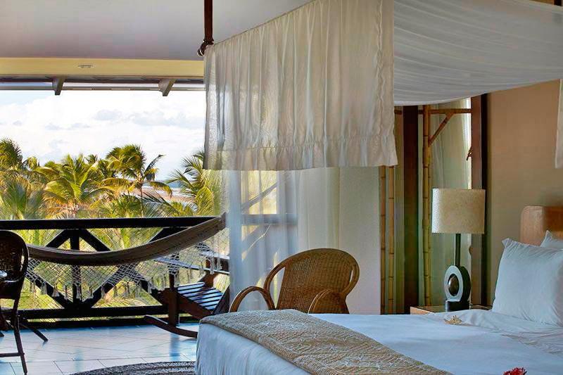 Apartamento luxo vista cama casal com detalhes da varanga