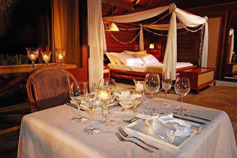 Mesa de jantar posta junto a acomodação do resort